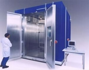 Walk-in chamber equipped with indirect cooling