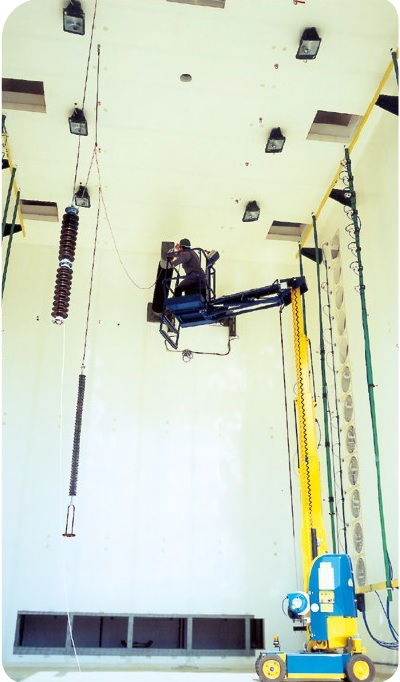 Test chamber for accelerated aging of high voltage isolators